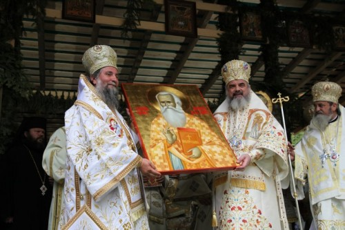 El Patriarca Daniel y el metropolita Ireneo presentado al pueblo el icono del Santo durante la ceremonia de canonización.