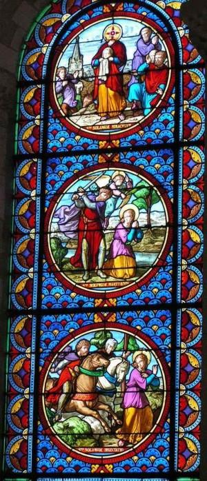 Secuencia del martirio de la Santa: perseguida a caballo (abajo), decapitada (centro), regresando a casa con la cabeza entre las manos (arriba). Iglesia de Nôtre-Dame la Blanche, Selles-sur-Cher (Francia).