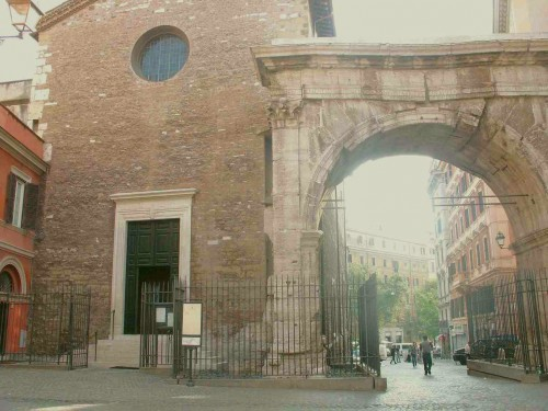 Vista de la fachada de la iglesia de San Vito de Roma (Italia), junto al arco romano.