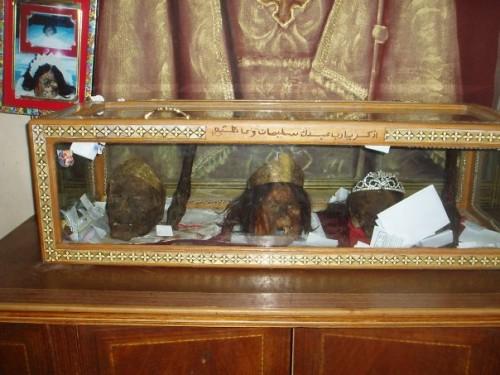 Vista de una urna con diversas cabezas momificadas. Monasterio de los mártires, Akhmim (Egipto).