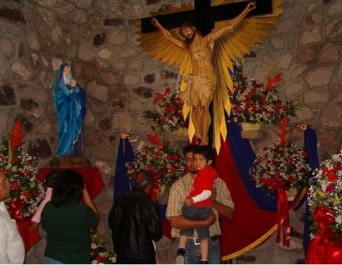 """Iglesia de La Cruz, Chihuahua, un crucifijo moderno asume la advocación del """"Señor de los Guerreros"""" (11TV noticias)."""