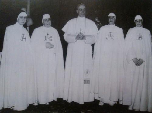 Fotografía de la Sierva de Dios con el papa Pío XII y algunas Hermanas de su Congregación.