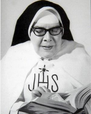 Fotografía de la Sierva de Dios leyendo, usada para estampas devocionales.