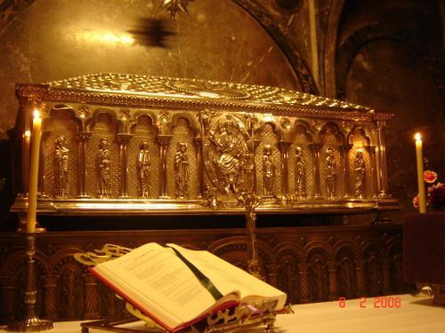 Vista de la urna de plata que contiene, según la tradición, el cuerpo del Apóstol y sus dos discípulos. Catedral de Santiago de Compostela (España).