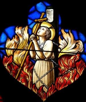 Juana de Arco, quemada en la hoguera. Detalle de una vidriera del siglo XIX en la iglesia de Nôtre Dame des Vertus, Aubervilliers (Francia).