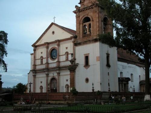 Vista de la fachada de la Basílica de Nuestra Señora de la Salud, en Pátzcuaro, México.