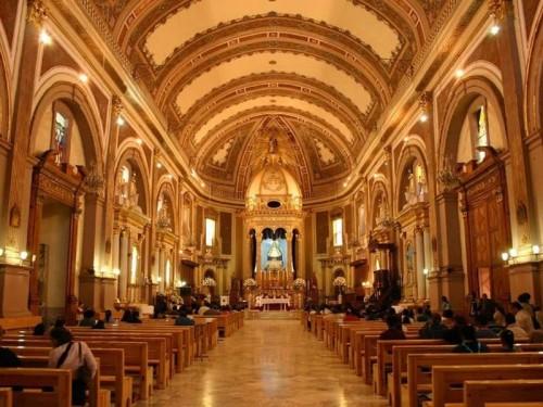 Vista del interior de la Basílica de Nuestra Señora de la Salud, Pátzcuaro, México.