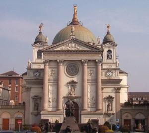 Vista de la fachada de la Basílica de María Auxiliadora en Turín, Italia.