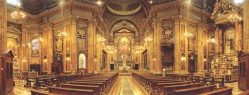 Vista del interior de la Basílica de María Auxiliadora en Turín, Italia.