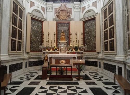 Capilla de los Santos en la catedral de Otranto, Italia. Las reliquias están en las vitrinas de las paredes.