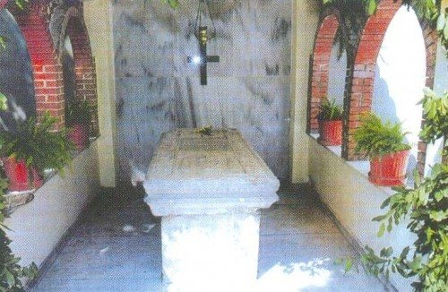 Vista del sepulcro de la Santa en el jardín de la iglesia de Santa Parasceve, Chaskioi (Turquía).