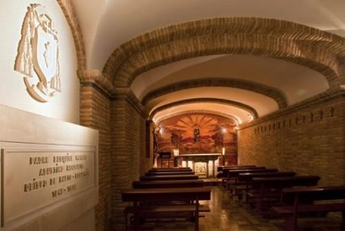 Vista del sepulcro del Santo (izqda.) en el convento de Monteagudo (España).
