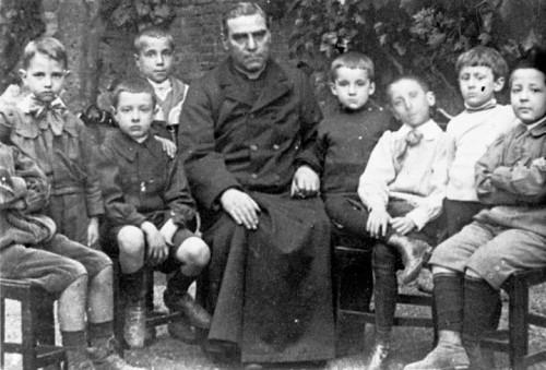 El Venerable fotografiado junto a sus alumnos de la escuela apostólica.