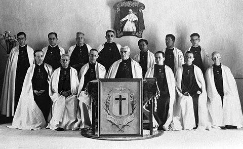 El Venerable, fotografiado con los novicios Misioneros del Espíritu Santo.