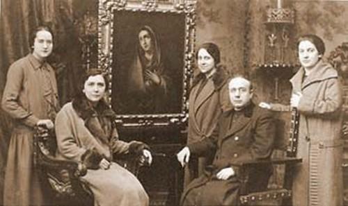 El Santo fotografiado junto a Josefa Segovia y otras compañeras que marcharon a América.