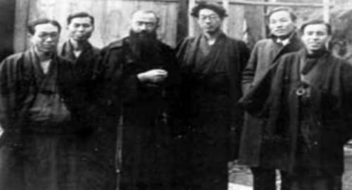 El Santo, fotografiado junto a algunos lugareños durante su visita a Japón.
