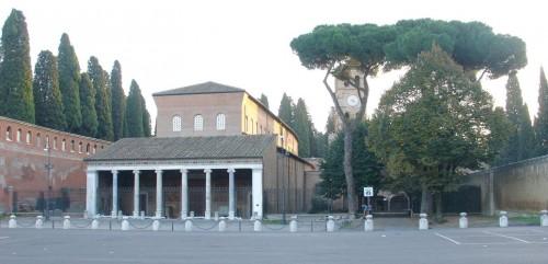 Vista de la fachada de la Basílica de San Lorenzo Fuori le Mura, Roma (Italia).