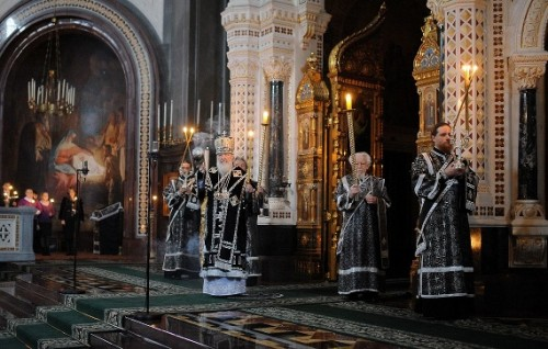 Maitines del Sábado Santo, celebrados por la jerarquía ortodoxa en la catedral de Cristo Salvador, Moscú (Rusia).