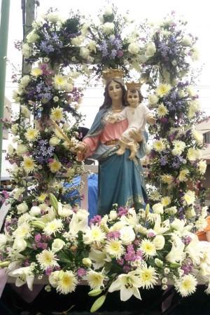 Pequeña imagen de María Auxiliadora colocada en un anda con flores para su procesión del 24 de mayo. Oratorio Salesiano de San Luis Gonzaga, México.