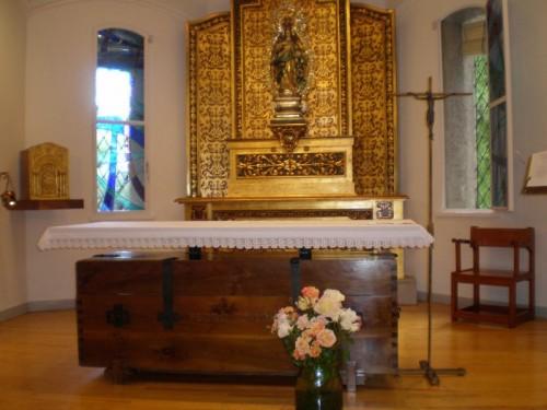 Sepulcro del Santo, bajo el altar. Centro Santa Maria de los Negrales,  Institución Teresiana, Madrid (España).