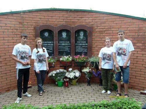Jóvenes ortodoxos en el sepulcro de Eugenio Rodonov y sus compañeros en Satin, Moscú (Rusia).