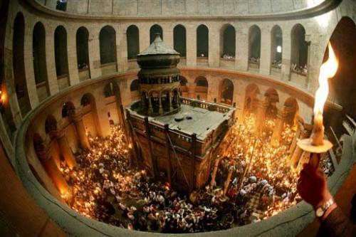 Vista de la edícula en el interior de la Basílica del Santo Sepulcro de Jerusalén (Israel), iluminada para la noche de Pascua.