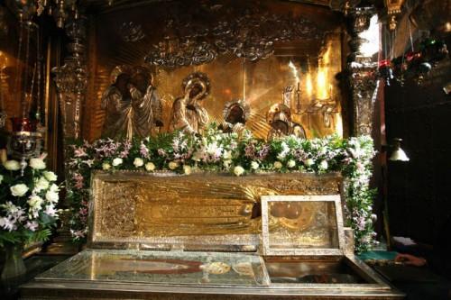 Vista de la urna abierta con el cuerpo del Santo. Monasterio de San Sergio, Rusia.