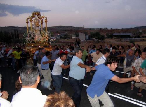 """Imagen de las típicas """"carreras"""" desde el santuario al pueblo, 26 de agosto. Fotografía: Rafael Antonio Castillo."""