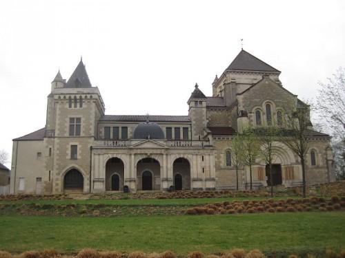 Vista de la Basílica erigida en la casa natal del Santo,  Fontaine-les-Dijon, Francia.