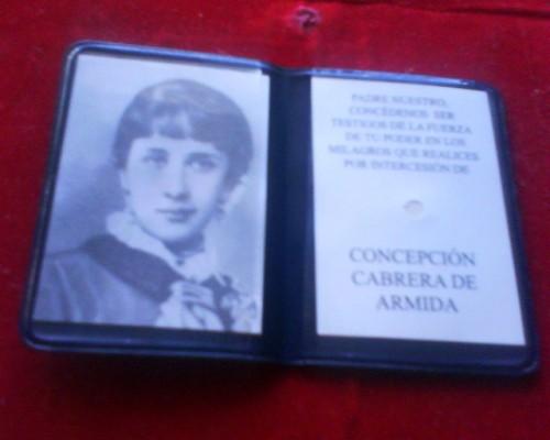 """Reliquia """"ex indumentis"""" de la Venerable, junto a otra fotografía de su juventud,"""