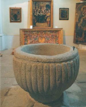 Vista de la pila bautismal en la que fue bautizada la Venerable. Parroquia de Madrigal de las Altas Torres, Ávila (España).