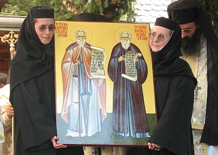 Dos religiosas ortodoxas mostrando al pueblo el icono de los Santos Rafael y Partenio de la Vieja Agapia, durante su ceremonia de canonización.