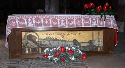 Vista del altar mayor de la catedral de San Secundiano, Chiusi (Italia), como suele estar la mayor parte del tiempo, cerrado. El mosaico indica que tras él están las reliquias de la Santa.