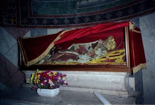Vista del esqueleto de la Santa, tal cual se exponía antes de ser recubierto con una figura. Catedral de Chiusi, Italia.