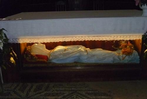 Vista del cuerpo de la Santa tal cual se muestra ahora, recubierto con una figura y vestido. Catedral de Chiusi, Italia.