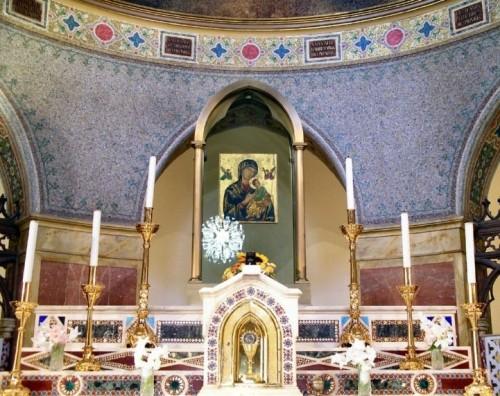 Vista del altar mayor de la iglesia de San Alfonso María de Ligorio, Roma (Italia), donde se encuentra expuesto el icono a veneración.