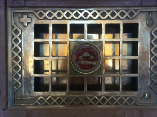 Detalle de la urna que contiene los restos del Santo. Parroquia de Matatlán, México.