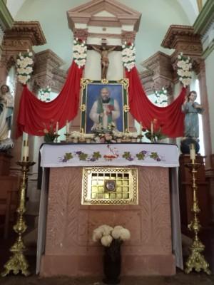 Vista del altar-sepulcro del Santo en la parroquia de Matatlán, México.