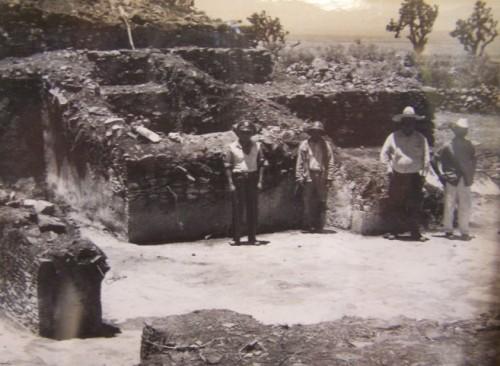 Antigua fotografía donde se aprecian ruinas precolombinas cerca de la ermita de Santa Jacoba.