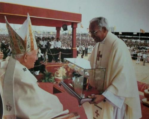 Un obispo hindú presenta un relicario de San José Vaz al papa San Juan Pablo II durante la ceremonia de beatificación.