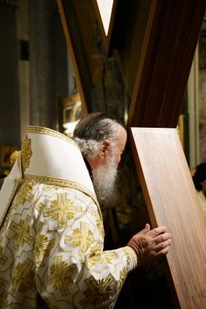 El Patriarca Cirilo de Mosc, besa la cruz en la catedral de Kazan de San Petersburgo, Rusia.
