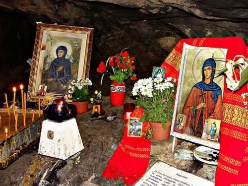Iconos y ofrendas a la Santa en el interior de la cueva donde vivió. Sihla, Rumanía.
