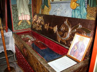 Vista del sepulcro abierto y de las reliquias cubiertas de San Juanucio. Iglesia del monasterio Cetatuia, Rumanía.