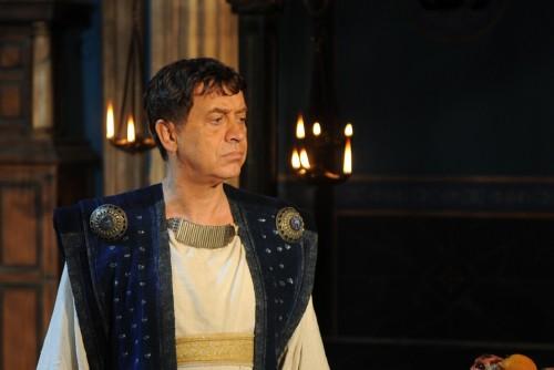 El actor italiamo Massimo Wertmuller interpreta a Dióscoro, padre de Bárbara.