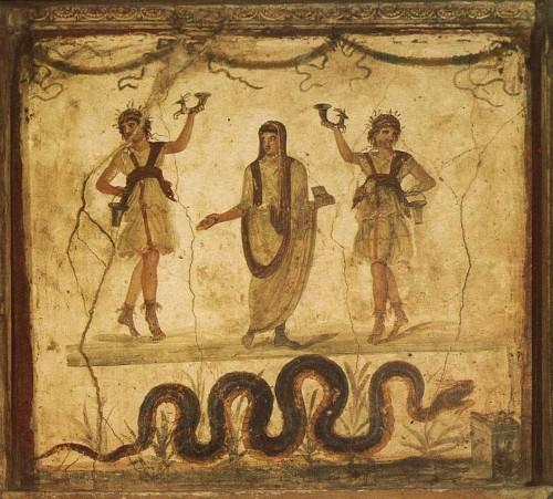 Vista de un lararium -altar doméstico romano- conservado en Pompeya. La serpiente Pitón aparece como emblema de protectora del hogar junto a los Lares, los dioses domésticos.