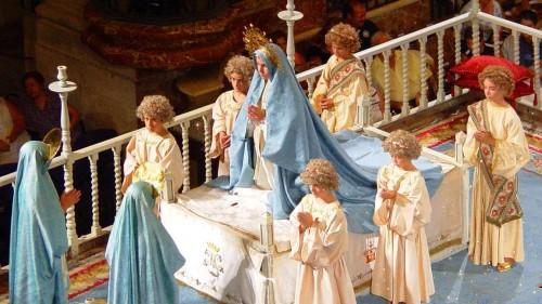 Vista de la representación del Misteri: la Virgen María en oración sobre su lecho de muerte, rodeada de ángeles y frente a las otras dos Marías.