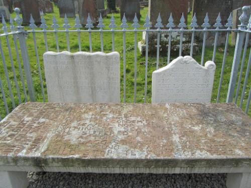 Vista de la tumba de los Mártires de Wigtown, Escocia. La lápida grande rectangular corresponde a Margaret Wilson, y la blanca pequeña a la derecha, a Margaret McLachlan.