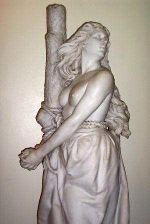 Escultura de Margaret Wilson, obra de Charles Bell Birch (1898). Knox College, Universidad de Toronto (Canadá).