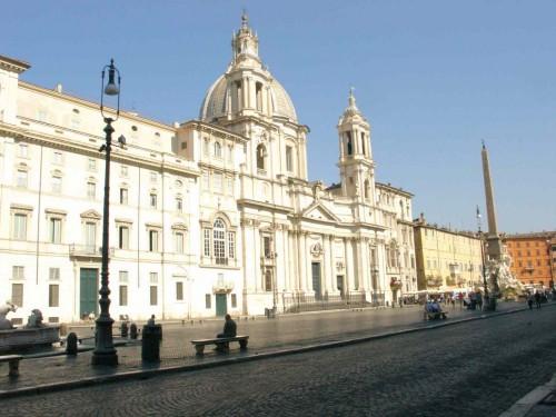 Vista de la fachada del templo, en la plaza Navona (Roma).
