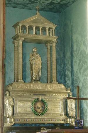 Vista del relicario que contiene el cráneo de la mártir Santa Inés, titular del templo.